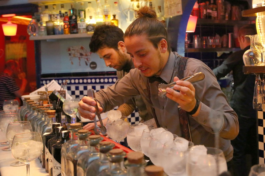Xixbar Mixologist preparing old fashioned gin & tonic L' Eixample Barcelona, SpainA
